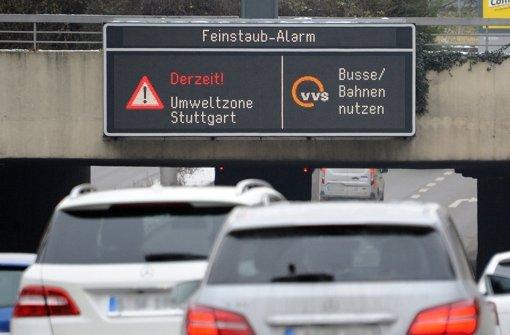 Feinstaubalarm in Stuttgart: Trotz der Aufforderung, das Auto stehen zu lassen, steigt die Feinstaubbelastung rasant. Foto: dpa