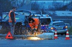 Schwerer Unfall in der Gnesener Straße in Stuttgart-Bad Cannstatt: Ein Mann fährt mit seinem Auto gegen zwei Masten. Er war vermutlich betrunken. Foto: Fotoagentur Stuttgart