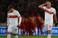 Freude bei den Bayern, Enttäuschung beim VfB Stuttgart: Tunay Torun (links) und Raphael Holzhauser gehen geknickt vom Platz, während die Münchner ihren 2:0-Erfolg feiern. Foto: dpa