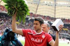 ... in 162 Partien für den VfB die Knochen hin, schoss drei Tore, wurde zwei Mal mit Rot vom Platz gestellt und feierte 2007 die Deutsche Meisterschaft. Doch nach der Saison 2011/12, in der er nur ein Mal für den VfB in der Bundesliga und zwei Mal für den VfB II in der dritten Liga auflief, verabschiedete sich der Franzose von den Fans, die ihn lieb gewonnen hatten. Delpierre wechselte ...br Foto: dpa