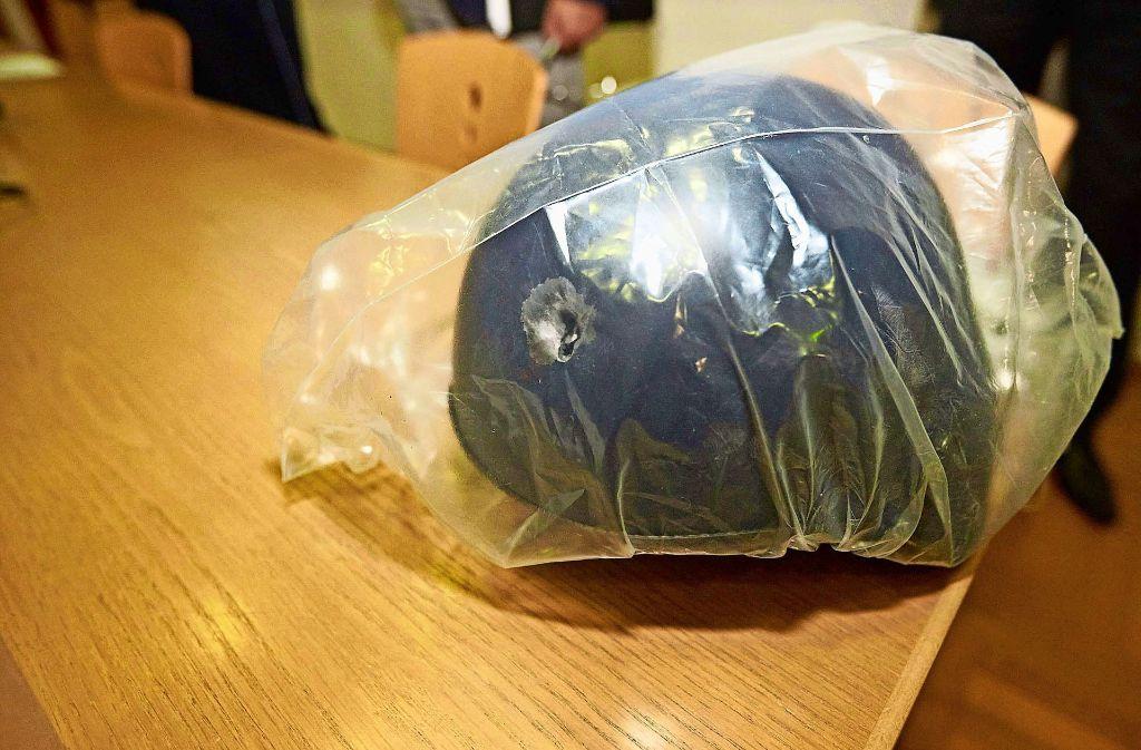 cfc9b4fc36bf0 Dieser Helm hat einem baden-württembergischen Polizisten das Leben  gerettet