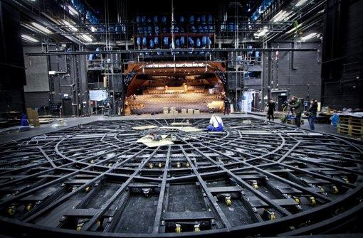 Eingebaut ist die Drehbühne bereits – ob sie funktioniert, testen Techniker in den nächsten Monaten. Foto: Peter Petsch