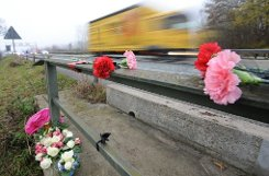Trauer nach dem Unfall auf der A5 bei Offenburg. Foto: dpa