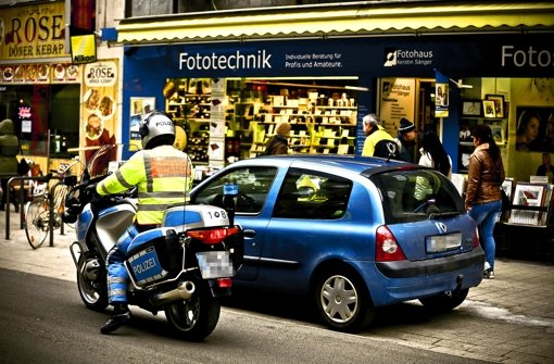 Immer wieder muss die Polizei in der Tübinger Straße eingreifen und aufklären: Parken ist in der Zone des Mischverkehrs nicht erlaubt. Foto: Leif Piechowski
