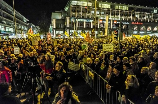 Mit Kerzen, Transparenten und Fahnen feierten sie das Jubiläum des Widerstands gegen den geplanten Tiefbahnhof. Foto: Lichtgut/Max Kovalenko