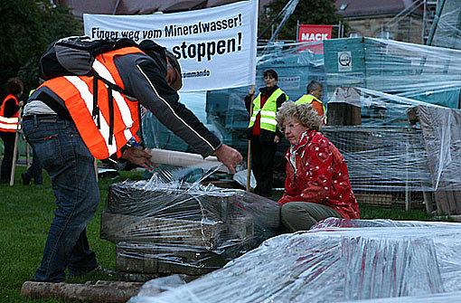 """Parkschützer haben Baumaterial eingepackt und zum Abtransport bereitgestellt. Damit wollen die sogenannten """"Parkschützer"""" symbolisch die Bauarbeiten beenden. Hier sind die Bilder zur Verpackungsaktion Foto: Beytekin"""
