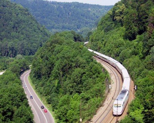 November 1995: Land, Stadt und Region einigen sich mit Bahn und Bund über die zeitgleiche Realisierung von Stuttgart 21 und der Neubaustrecke nach Ulm. Foto: dpa
