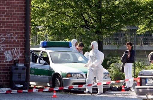 Beamte der Spurensicherung der Polizei arbeiteten auf der Heilbronner Theresienwiese an einem Tatort, an dem die Polizeibeamtin Michele Kiesewetter getötet und der Polizist Martin A. schwer verletzt worden waren – dahinter steckte der NSU. Foto: dpa