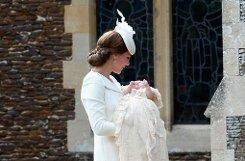 Auf dem Weg zur Kirche: Herzogin Kate und Baby Charlotte Ton in Ton. Foto: Getty images