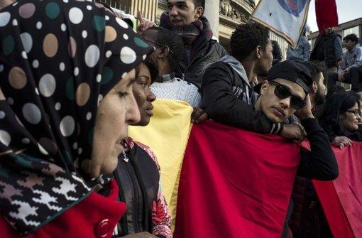 Am Tag danach: Passanten bekunden auf dem Brüsseler Börsenplatz ihre Trauer nach den Terror-Anschlägen. Foto: