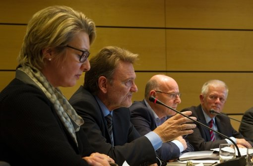 Bahn-Vorstand Volker Kefer (zweiter von links) kann die Inbetriebnahme Ende 2021 nicht garantieren Foto: Christian Hass