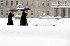Der Schlossplatz ist an Weihnachten unter einer dicken Schneedecke verborgen. Foto: dpa