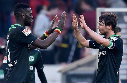 Salif Sane (li.), Christian Schulz: Erleichterung bei Hannover 96 Foto: