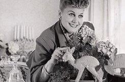 bMarika Rökk/b bekam im Jahr 1948 den allerersten Bambi überhaupt. Der Medienpreis war während der ersten zehn Jahre übrigens nicht aus vergoldeter Bronze, sondern aus weißem Porzellan. Rökk, die im Jahr 2004 verstarb, bekam die Auszeichnung mehrfach: 1968, 1987, 1990 und 1998.  Foto: Burda