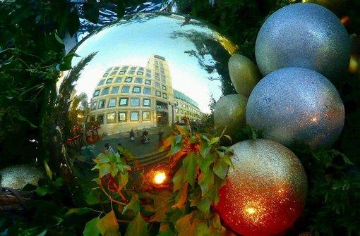 Stuttgart spiegelt sich in Christbaumkugeln