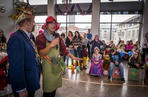 Bürgermeister Werner Wölfle (rechts) begrüßt die Narren im Rathaus. Foto: Lichtgut/Max Kovalenko