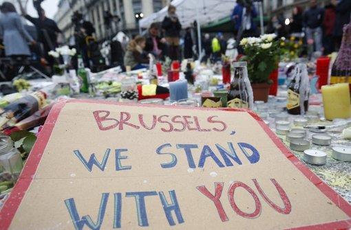 Anteilnahme an den Schicksalen der vielen Opfer des Terrors in Brüssel. Anti-Terror-Razzien decken nun auf, wie der sogenannte Islamische Staat über die Welt vernetzt ist. Foto: dpa