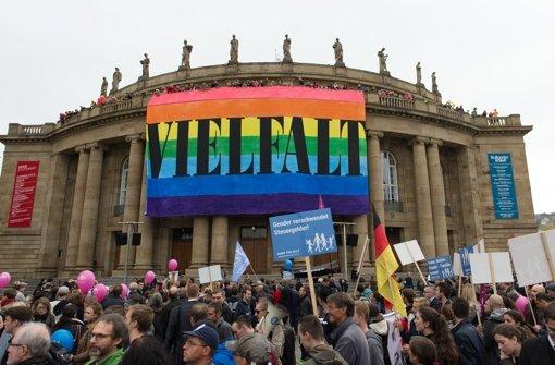 """Protest und Gegenprotest: Gegner des Bildungsplans demonstrieren am 11. Oktober 2015 gegen die """"Sexualisierung"""" ihrer Kinder, die Gegenseite fordert, """"Vielfalt"""" zuzulassen. Foto: dpa"""