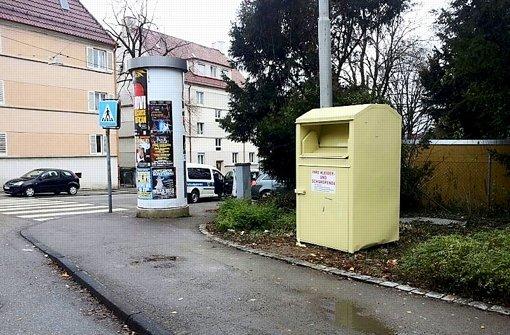 Auslöser eines großen Wurfs der Behörden: Der illegal aufgestellte Altkleidercontainer an der Ecke Abelsberg- und Parkstraße, bevor er abgebaut worden ist. Foto: Stadt Stuttgart