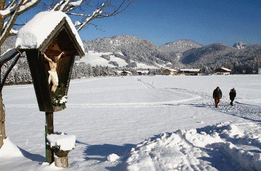 Der Schnee knirscht unter den Sohlen, und die Sonne scheint - Winterwanderer genießen in Reit im Winkl die Auswahl an Winterwanderwegen. Foto: Fitzthum