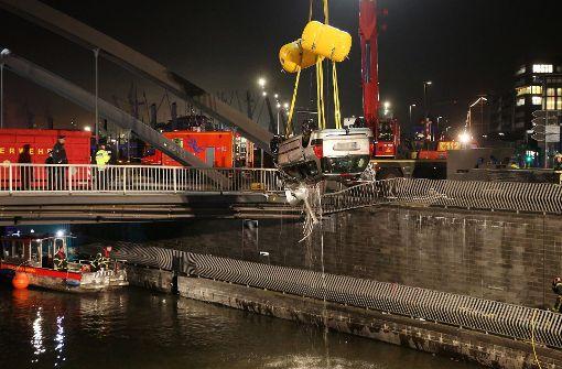 Auto mit vier Insassen stürzt in Elbe