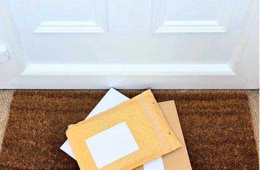 Post einfach vor der Tür ablegen, das darf weder der Zusteller noch der Nachbar, der die Sendungen für den eigentlichen Empfänger angenommen hat. Foto: Fotolia