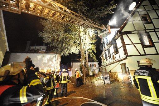 Das Jahr in Stuttgart beginnt dramatisch: Am b1. Januar/b wüten Flammen in einem Uhlbacher Fachwerkhaus. Für die Bewohner, ein 88 Jahre alter Mann und seine 82-jährige Ehefrau, kommt jede Hilfe zu spät. Sie können nur noch tot geborgen werden. Foto: www.7aktuell.de/Oskar Eyb