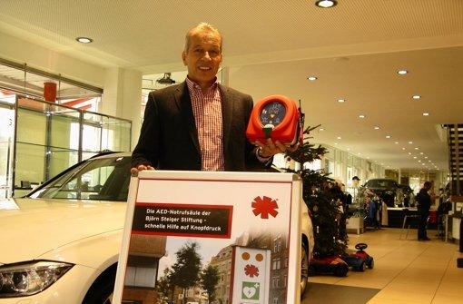 Richard Briem zeigt den Defibrillator, den er für sein Autohaus gekauft hat. Anfang 2013 werden öffentliche Gebäude in Filderstadt mit solchen Geräten ausgestattet. Foto: Jens Noll