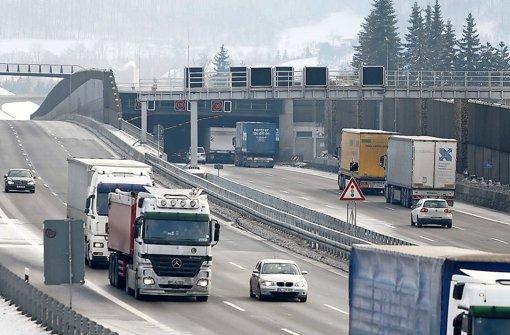 Der Tunnel bei Gruibingen auf der A 8 vor dem Albaufstieg in Richtung München:  Auf dem Foto  fließt der Verkehr, doch immer wieder schaltet die Ampel auf Rot und sorgt für Stau Foto: Max Kovalenko
