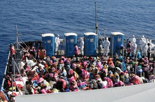 Entdecken die Besatzungen der Nato-Schiffe in Seenot geratene Flüchtlinge, sollen diese künftig  gerettet und in die Türkei zurückgebracht werden. Foto: Bundeswehr/Gottschalk/dpa