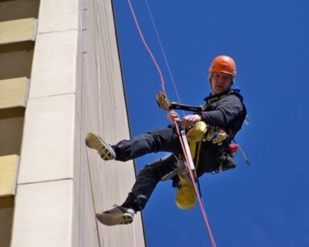 Kletterausrüstung Stuttgart : Industriekletterer: am seil hängend zum arbeitsplatz beruf