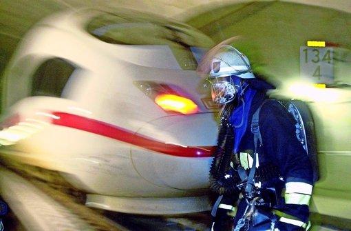Für  Brandschutz im geplanten Flughafen-Bahnhof  (im Bild eine Großübung bei einem simulierten Tunnelbrand) ist laut Feuerwehrgesetz die Standortkommune zuständig. Foto: dpa