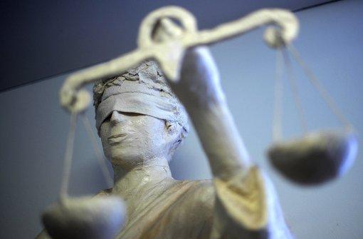 Angeklagter bemüht   Menschenrechte
