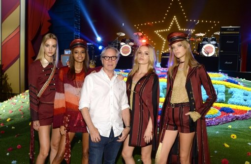 Designer Tommy Hilfiger ließ für seine Schau auf der New York Fashion Week extra eine Kunstblumenwiese aufbauen.  Foto: Getty Images North America