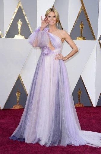 Was um alles in der Welt hat sich Heidi Klum da umgebunden? War das ursprünglich eine weiße Gardine, die in die Buntwäsche geraten ist? Man weiß es nicht. Aber es ist gruselig.   Foto: dpa