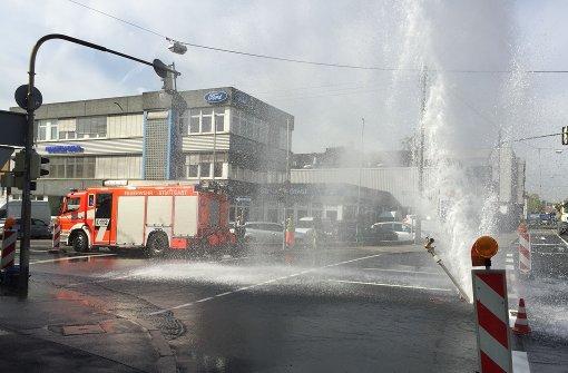 Meterhohe Wasserfontäne flutet Straße