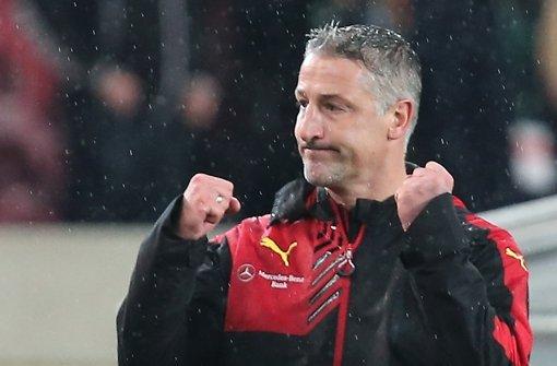 Von wegen im Regen stehen: VfB-Interimscoach Jürgen Kramny könnte als Cheftrainer jubeln Foto: Baumann