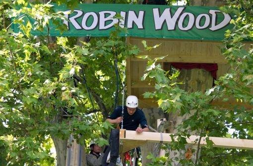 Aktivisten der Umweltschutzorganisation Robin Wood arbeiten im September 2010 an der Fertigstellung eines Baumhauses im Schlossgarten  Foto: dpa
