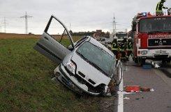 Eine Autofahrerin kommt auf der Landesstraße 1125 bei Sachsenheim auf die Gegenspur und prallt mit einem Lkw zusammen. Sie wird in ihrem Wagen eingeklemmt. Die Straße ist noch voll gesperrt.  Foto: www.7aktuell.de | Dan Becker