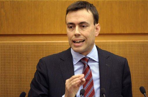 Der baden-württembergische Finanzminister Nils Schmid (SPD) spricht am Donnerstag im Landtag in Stuttgart über den neuen Doppelhaushalt 2013/14.  Foto: dpa