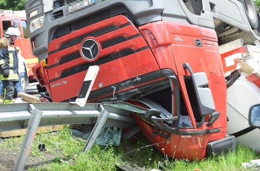 Lkw-Fahrer eingeklemmt