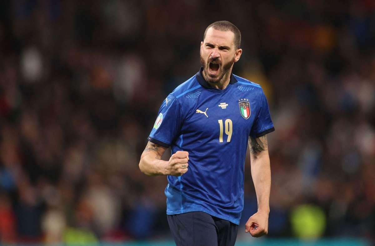 Italien gegen Spanien bei der EM 2021: Ordnerin im Wembley-Stadion hält Leonardo  Bonucci zurück - Fußball - Stuttgarter Nachrichten