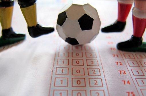 In Wettbüros und im Internet kann längst nicht mehr nur auf das Endergebnis einer Partie getippt werden. Foto: dpa