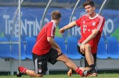Auf dem b13. Platz/b rangieren gleich drei Kicker, ein weiterer Ex-Spieler von Bayern München ist auch darunter: bMario Gomez/b (rechts), der wie Philipp Lahm (links) einst für den VfB Stuttgart spielte, geht in der Saison 2013/14 für den AC Florenz auf Torejagd. Die Italiener lassen sich die Verpflichtung des deutschen Nationalstürmers, der vier Jahre in München war, 16 Millionen (jetzt) plus vier weitere Millionen Euro (später) kosten - insgesamt also b20 Millionen Euro/b. Foto: dpa