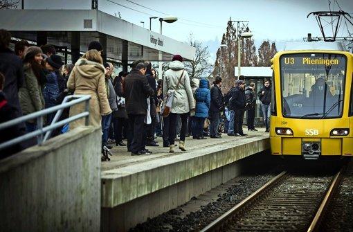Ein Stadtbahnzug in Vaihingen: Oft fahren auch Auszubildende mit, die deutlich mehr als Schüler und Studenten bezahlen – Das soll im Herbst   besser werden Foto: Lichtgut/Achim Zweygarth
