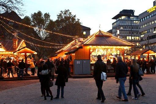 Muss den milden Temperaturen trotzen: Die Eisbahn auf dem Stuttgarter Schlossplatz. Foto: Benjamin Beytekin