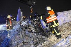 Die Fahrt eines 23-jährigen Renault-Fahrers endete am Samstagabend auf der L 1183 bei Sindelfingen in einem Zaun. Der 23-Jährige wurde schwer verletzt. Foto: www.7aktuell.de/Reimer