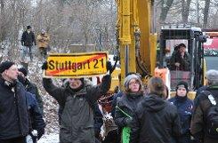 Gegen das Fällen von 17 Bäumen an der Ehmannstraße haben am Montagmorgen etwa 50 Stuttgart-21-Gegner demonstriert. Sieben Personen mussten laut Polizei weggetragen werden. Foto: www.7aktuell.de |