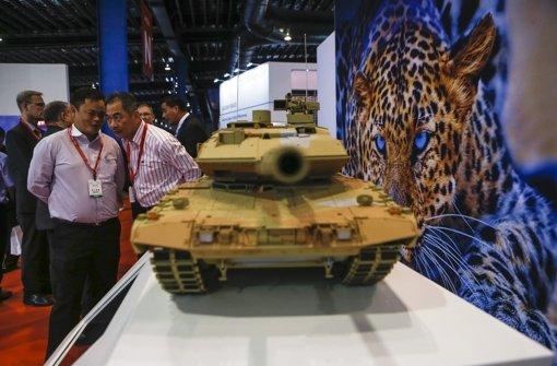 Weltweit gefragt: der deutsche Kampfpanzer Leopard – hier ein Modell, das derzeit auf der Luftfahrt- und Rüstungsmesse in Singapur zu sehen ist. Foto: