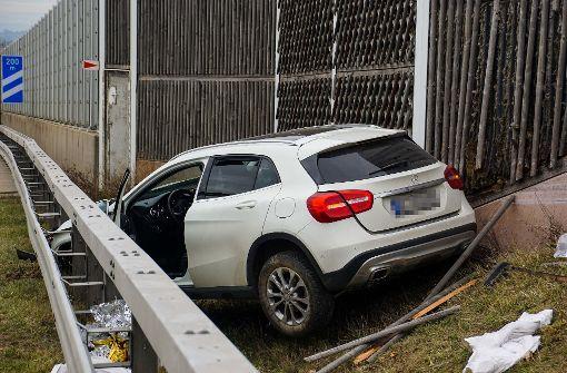 Mercedes-Fahrer kracht in Lärmschutzwand